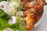 Hähnchenflügel  an Sprossen-Rucola-Salat