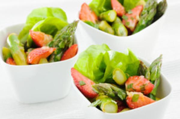 Grüner Spargel mit Ingwer und Erdbeeren