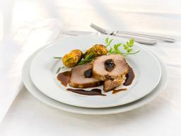 Saftiger Schweinebraten  mit Backpflaumen und Rosmarin Kartoffeln